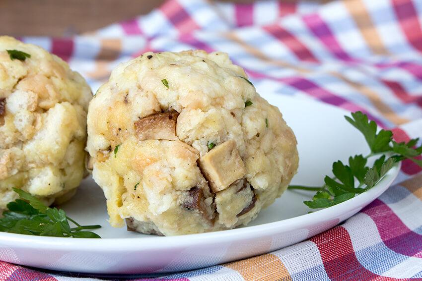 Kombi-Rezept mit und ohne Fleisch: Tirolerknödel klassisch mit Speck oder vegetarisch mit Räuchertofu