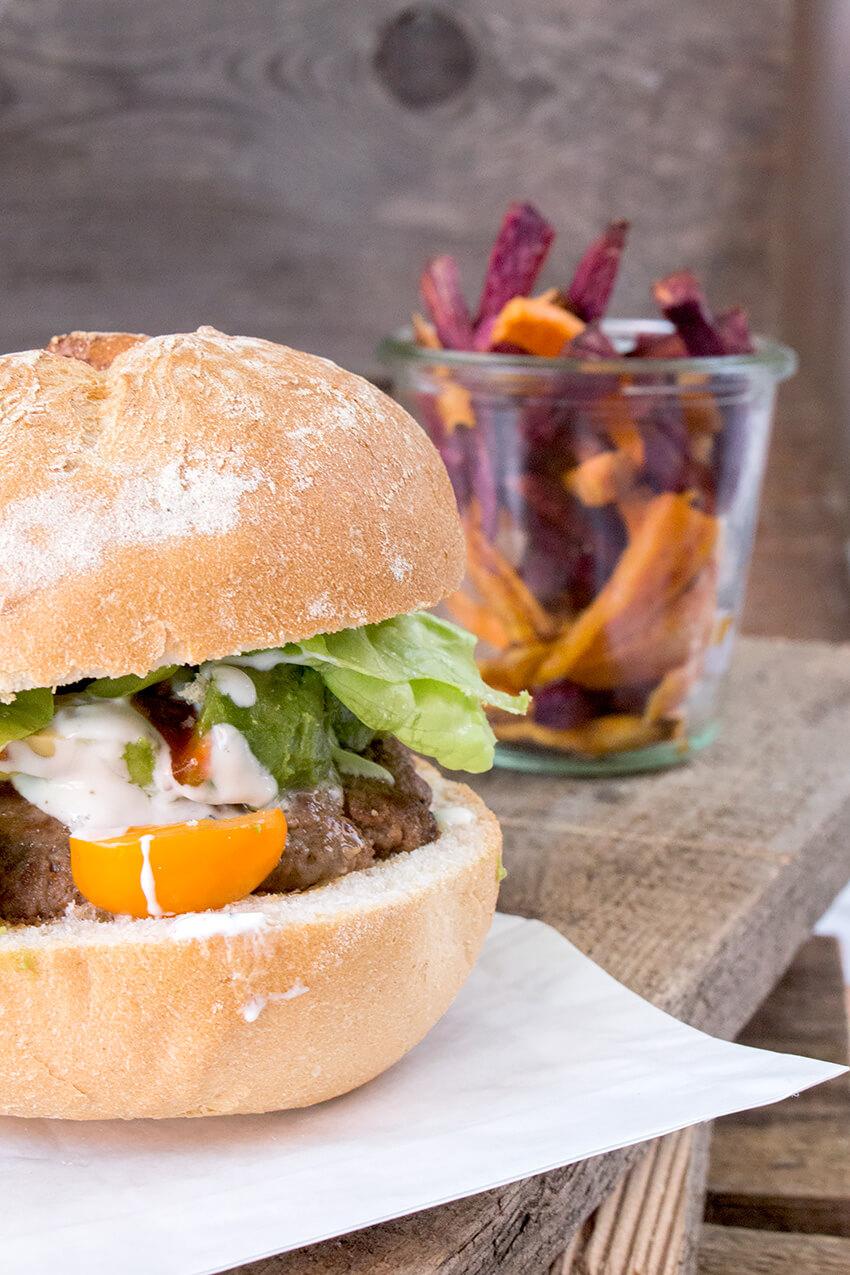 Kombi-Rezept mit und ohne Fleisch: Avocado-Burger mit Faschiertem oder vegetarischer Burger mit Halloumi und Tofu